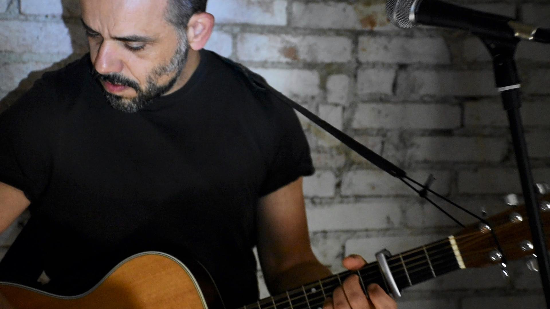 Roberto Sarno: il suono personale delle sue canzoni.L'intervista su MIE