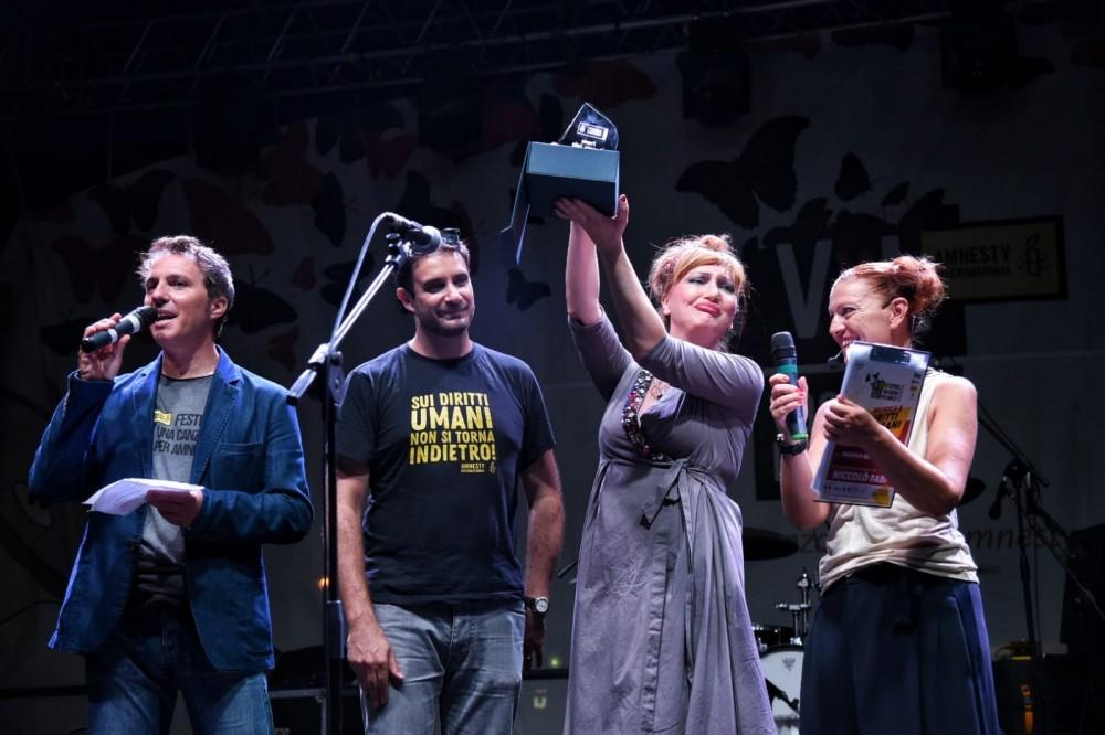 """Il Premio Amnesty Emergenti a H.E.R. con il brano """"Il mondo non cambia mai"""", contro le discriminazioni"""